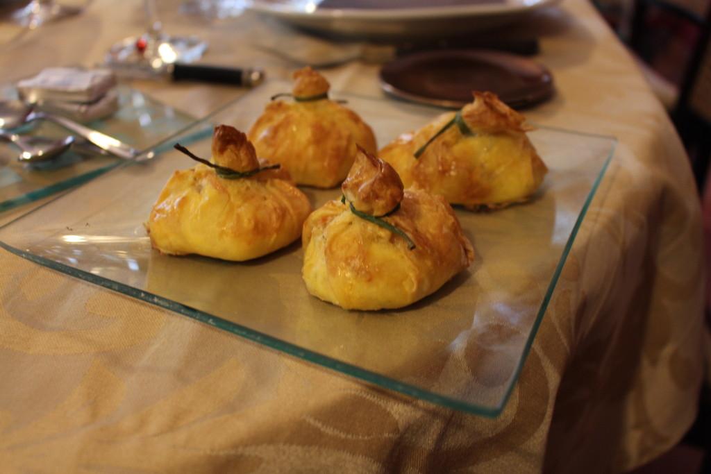 Saquitos de pasta filo rellenos de crema de salmón ahumado