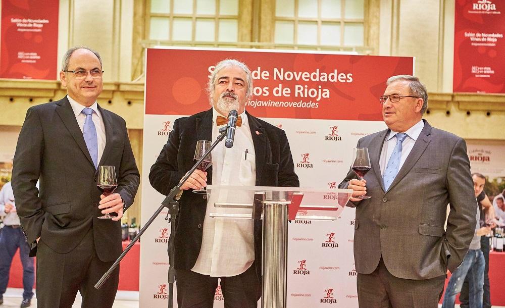 El encargado de presentar el Salón en La Coruña fue el presidente de los sumilleres de Galicia, Luis Paadín, en la foto entre el director general del Consejo Regulador, José Luis Lapuente, y el presidente, José María Daroca.
