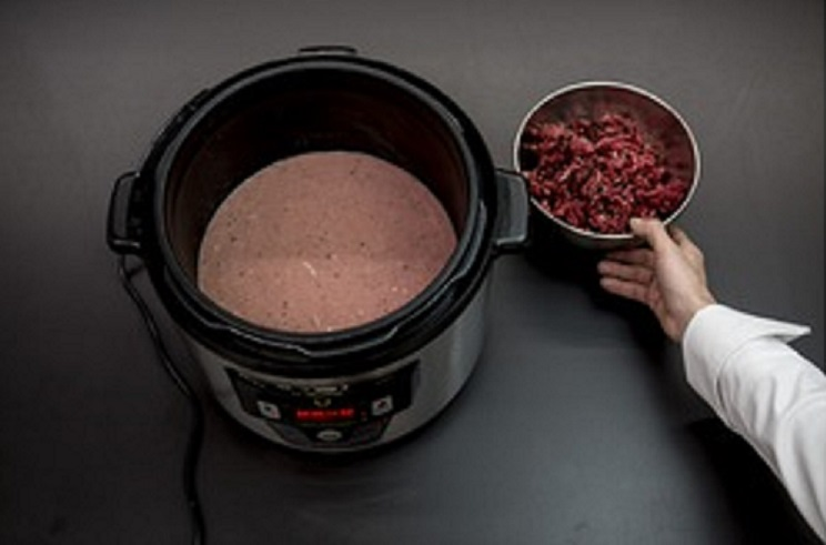 Terrina de liebre, elaboración previa del caldo. (Foto: Mikel Ponce)