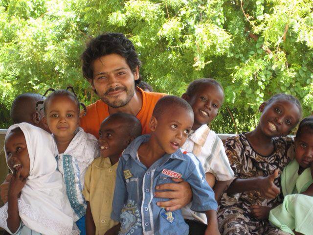 Rafael Selas con su niños de Anidan