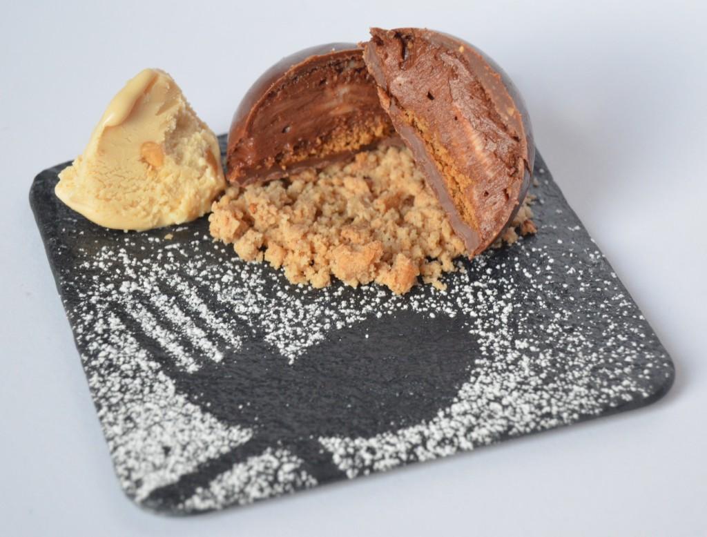 Semiesfera de chocolate y Avellanas de Omar Diaz