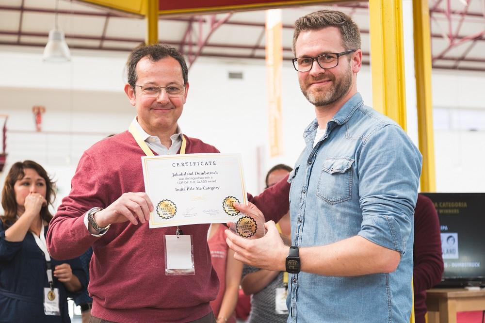 Henlo Matthee recogiendo uno de los premios
