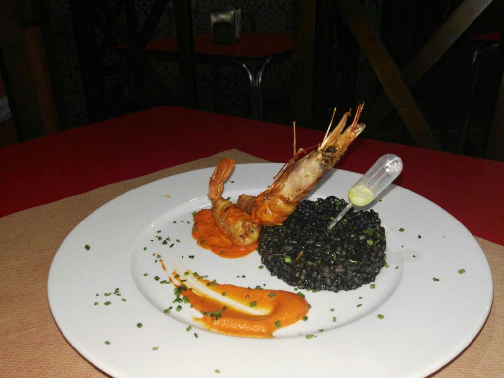 Crujiente de gambones, salsa romescu y arroz negro del Restaurante la Viuda en Córdoba
