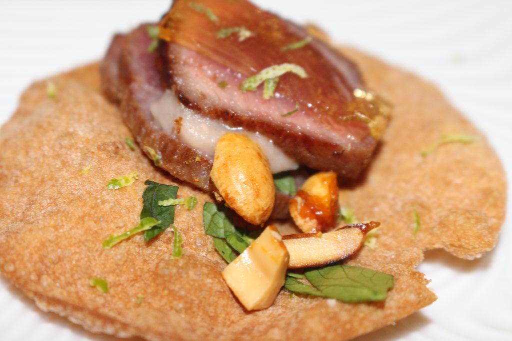 Presa ibérica marinada con crema bretona, miel y cacahuetes cantonesa' del joven cocinero Edgar Rodríguez Díaz