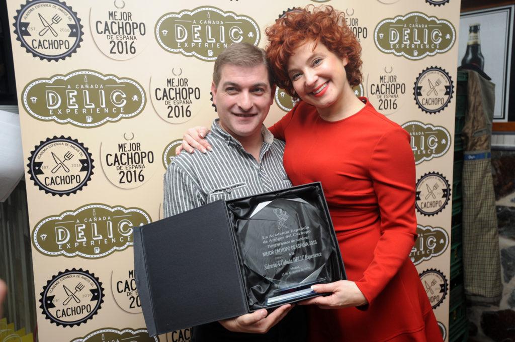 Ana Villa y César Román sostienen la placa al Mejor Cachopo de España 2016