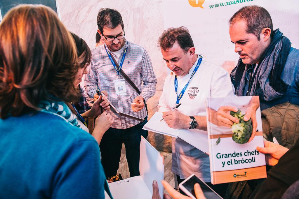 Martín Berasategui firmando ejemplares del libro Grandes chefs y el brócoli