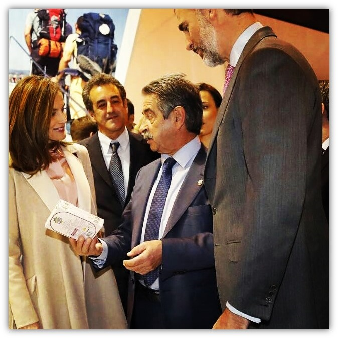 Miguel Ángel Revilla entrega anchoas Codesa a los Reyes de España
