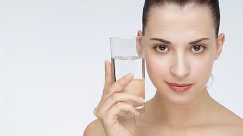 Se recomienda beber entre 6 y 8 vasos de agua al día