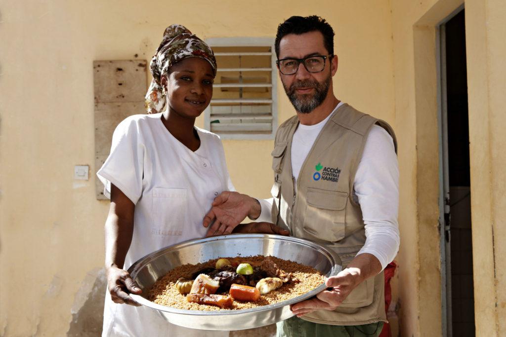 Dacosta aprendió a cocinar un plato típico senegalés: yassa au poulet (pollo con arroz). Foto: Lys Arango