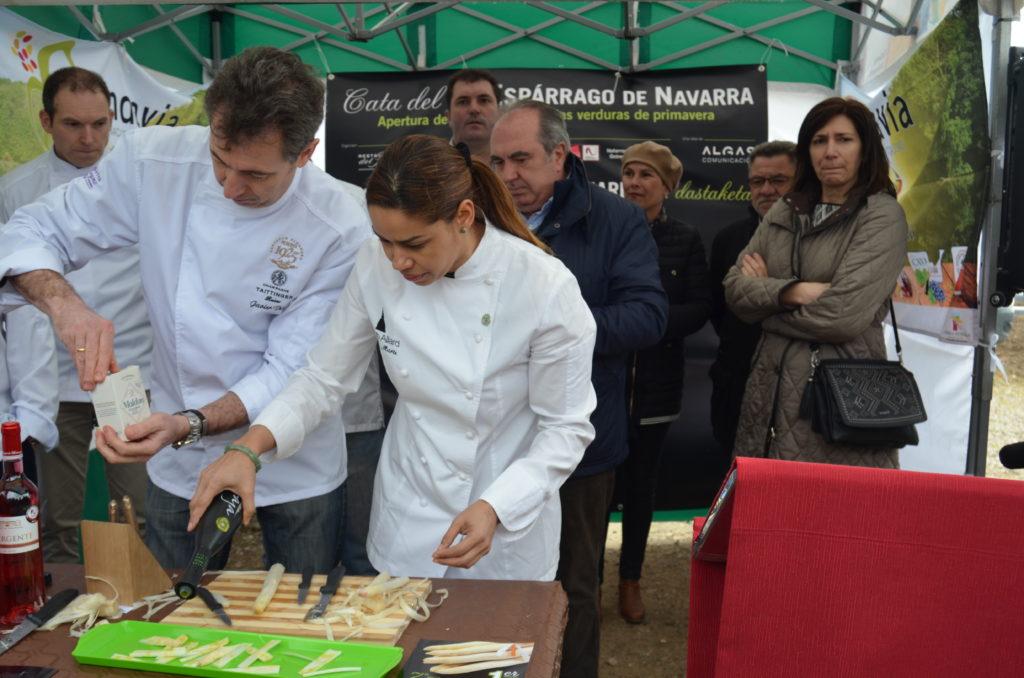 Los asistentes han degustado el fruto, cocido a la manera tradicional y en carpaccio de espárrago de Navarra, con aceite y sa