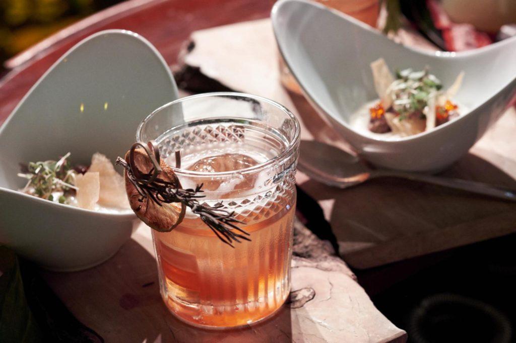 El 25 y la pera que prepararon el maestro coctelero Santiago Madueño de Distrito Cóctel, en Córdoba y la chef del emergente bar restaurante cordobés El Envero